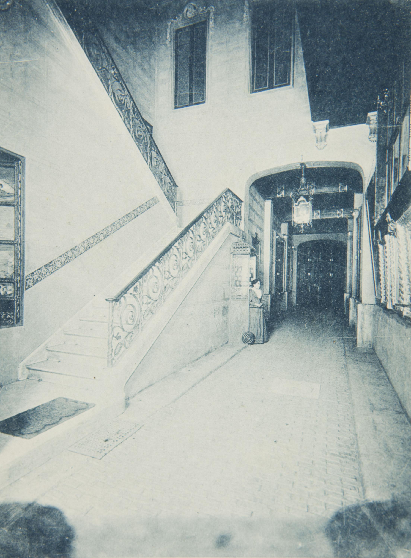 Napoleón. Establecimiento de daguerrotipo y fotografía. Barcelona - Napoleón photographic studio. Hall and main staircase - 1895