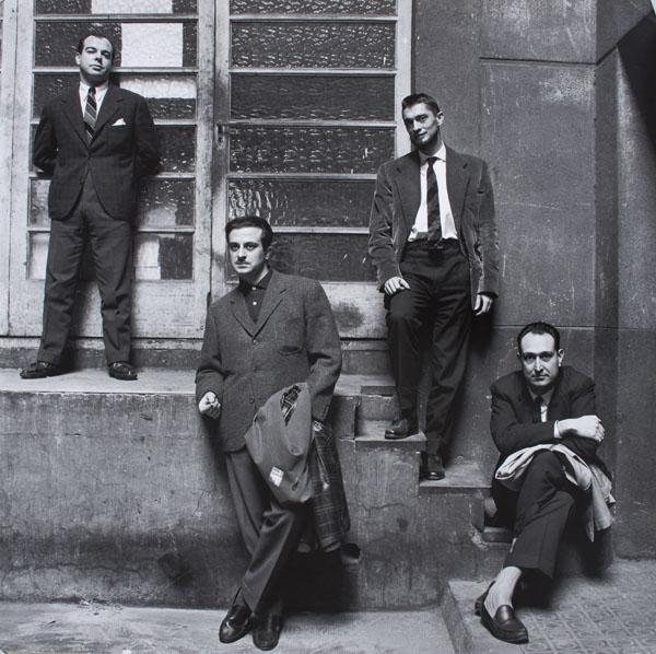 Oriol Maspons - Jaime Gil de Biedma, Carlos Barral, José Agustín Goytisolo i Josep Maria Castellet al vestíbul de l'editorial Seix Barral - 1961