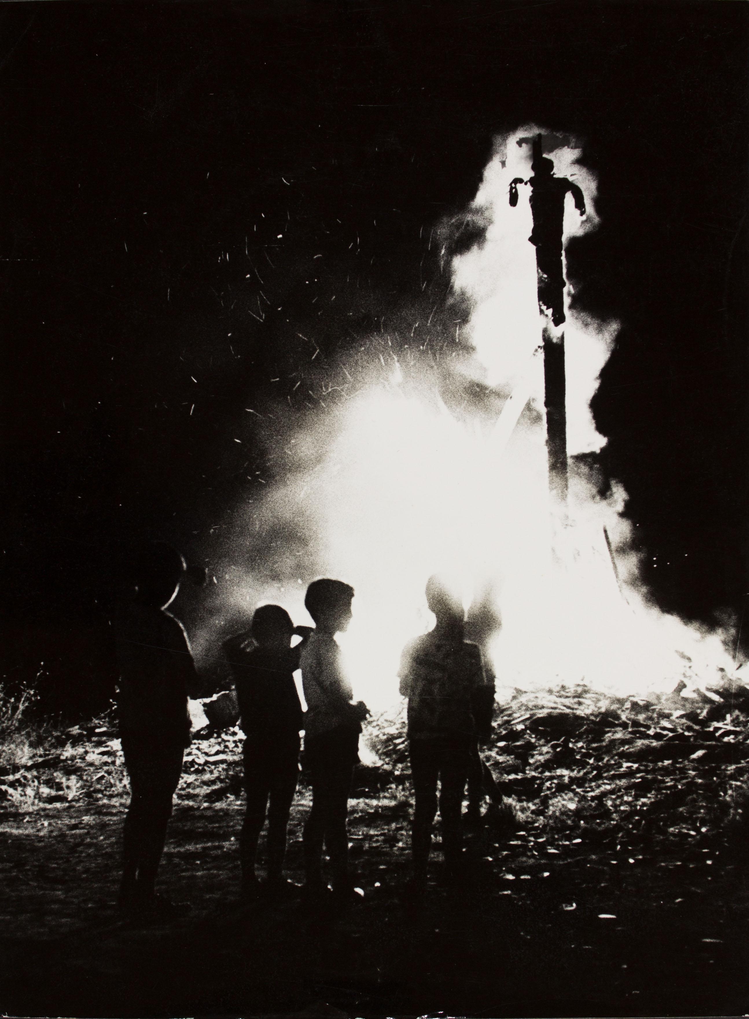 Oriol Maspons - Sense títol (Foc de Sant Joan. Fotografia per al llibre «Això també és Barcelona», de Josep Mª Espinàs) - Cap a 1965