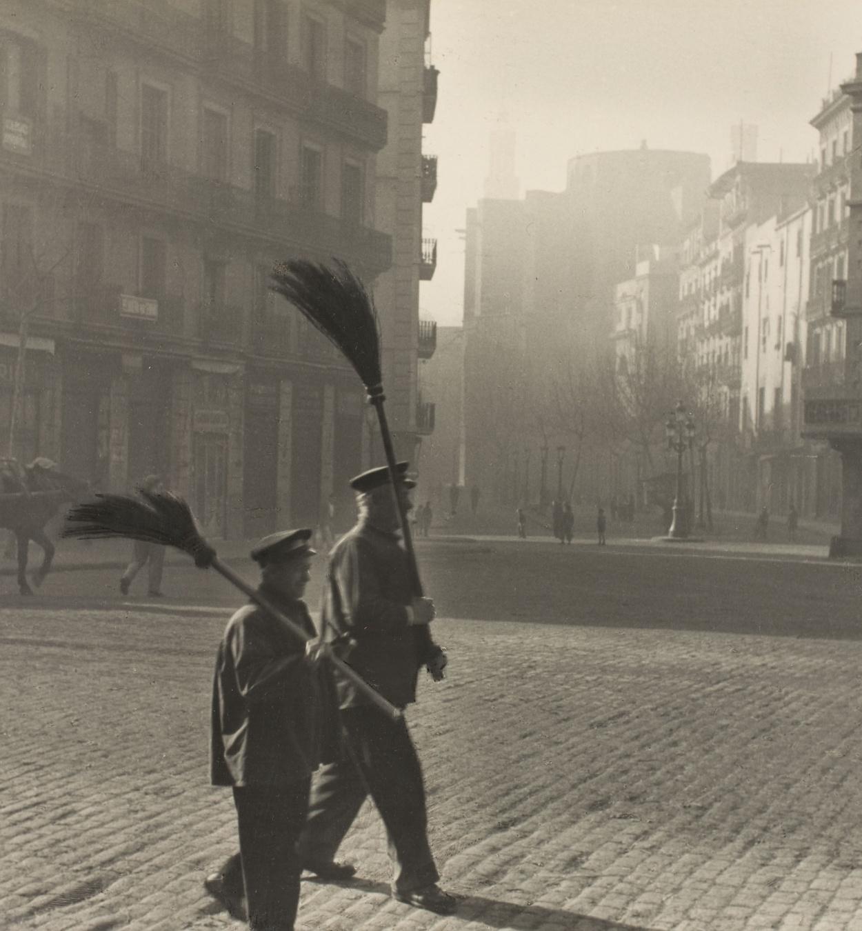 Otho Lloyd - Street sweepers in the quarter of La Ribera (Barcelona) - 1946