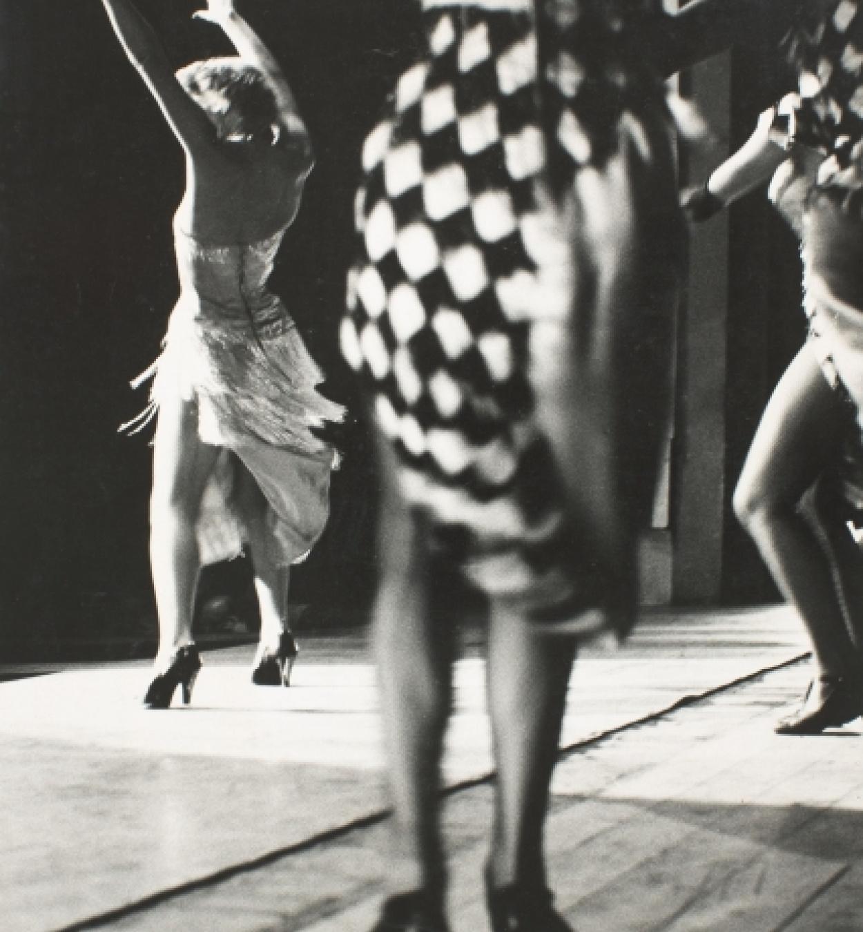 Oriol Maspons, Dones ballant (París), c. 1957. Museu Nacional d'Art de Catalunya, dipòsit de l'artista, 2011. © Arxiu Fotogràfic Oriol Maspons, VEGAP, Barcelona, 2019