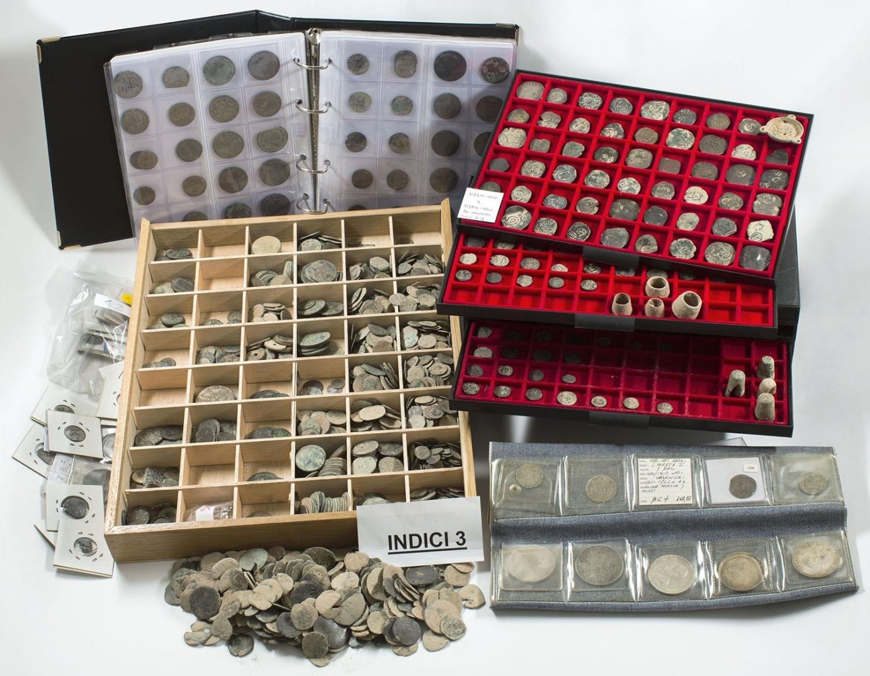 Conjunto de monedas y otros materiales metálicos recuperados de un expolio arqueológico
