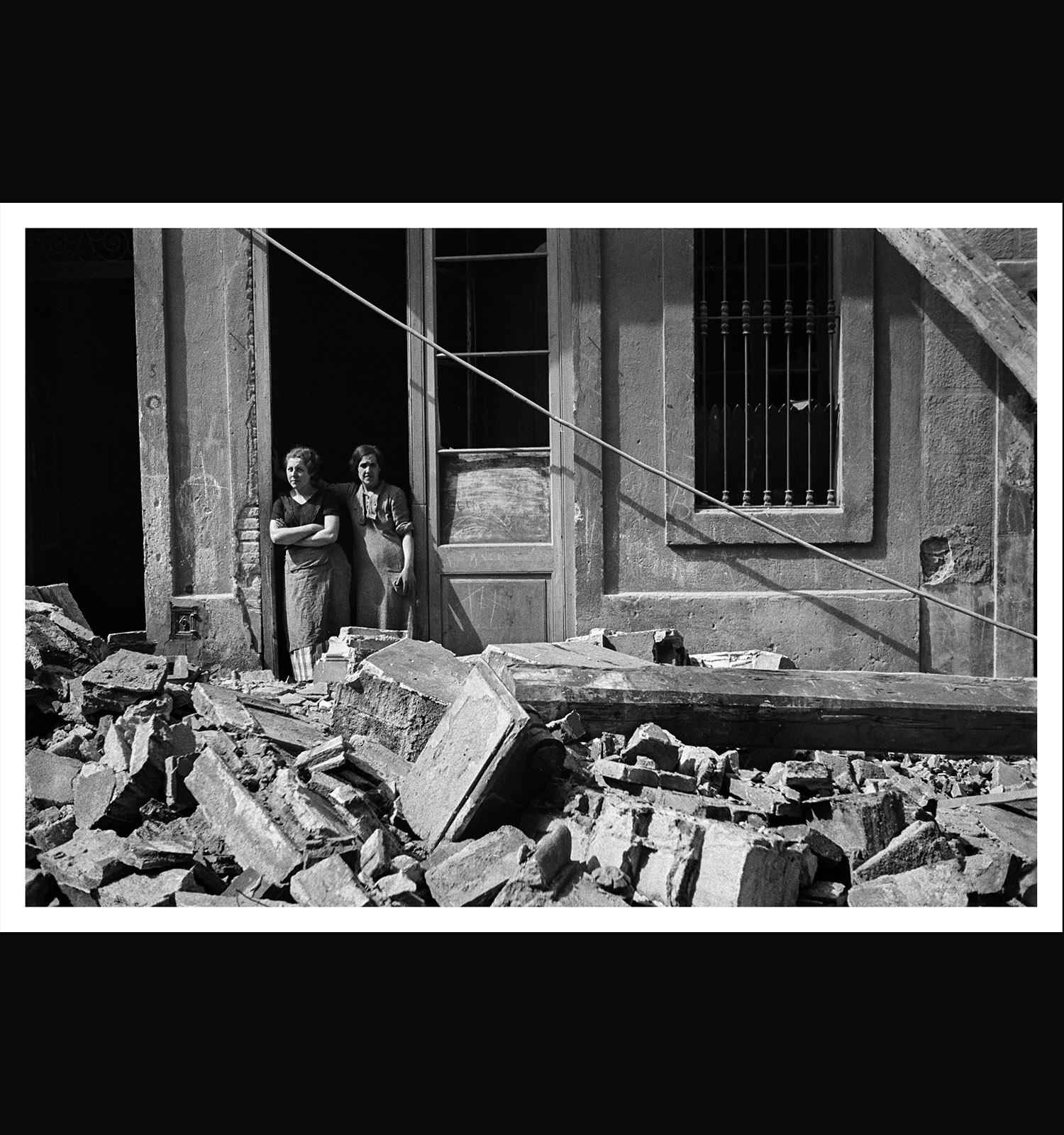Antoni Campañà. Sense títol [Dues dones després d'un bombardeig], Poble-Sec, Barcelona, 14 de març de 1937. Arxiu Campañà