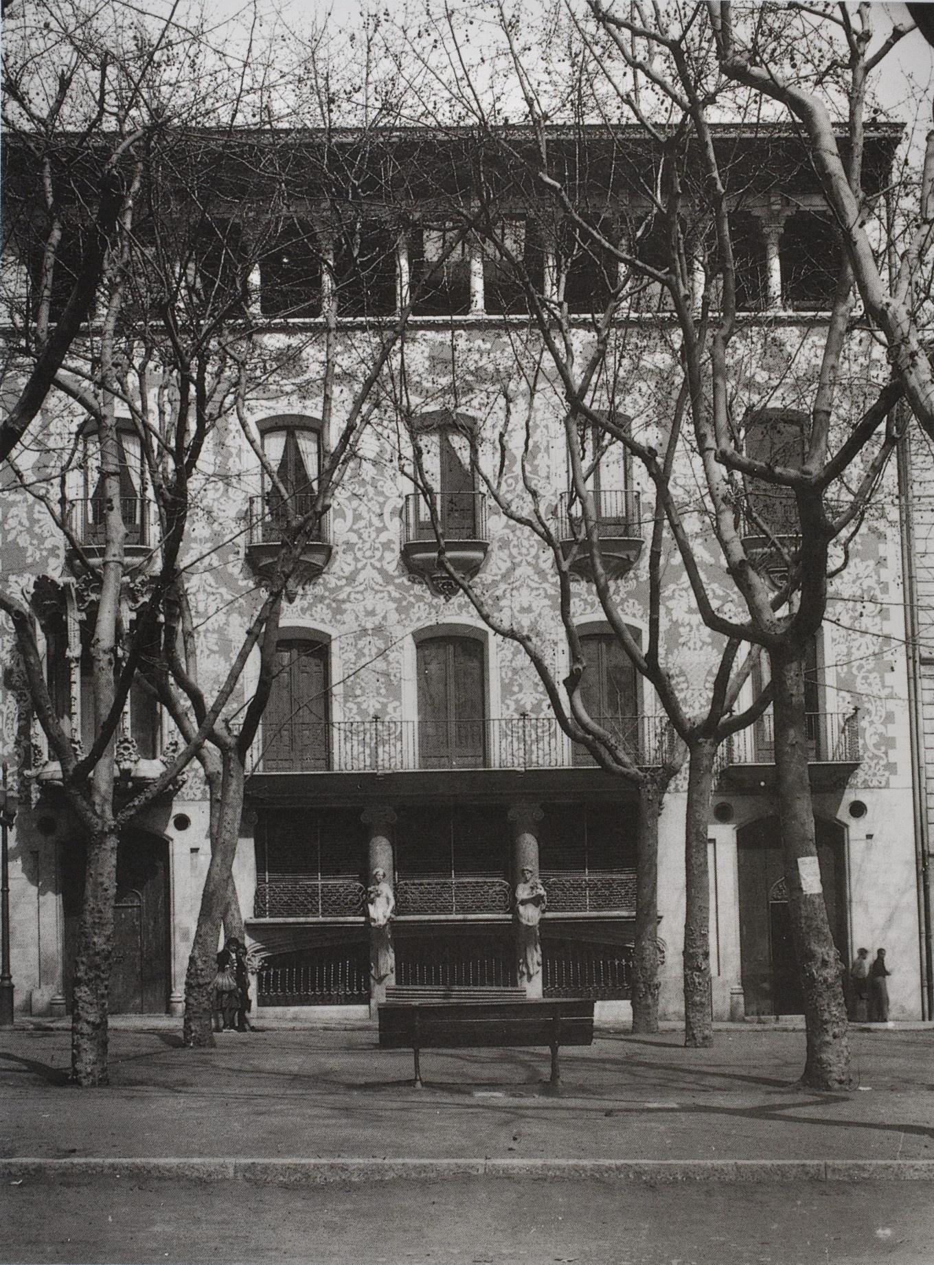 Façana de la Casa Solà-Morales a Olot