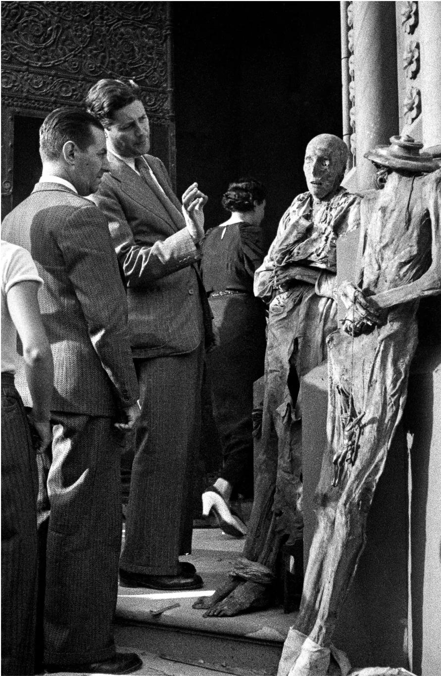 Antoni Campañà. Exhibició de les mòmies de les monges, convent de les Saleses. Passeig de Sant Joan, Barcelona, juliol de 1936. Arxiu Campañà