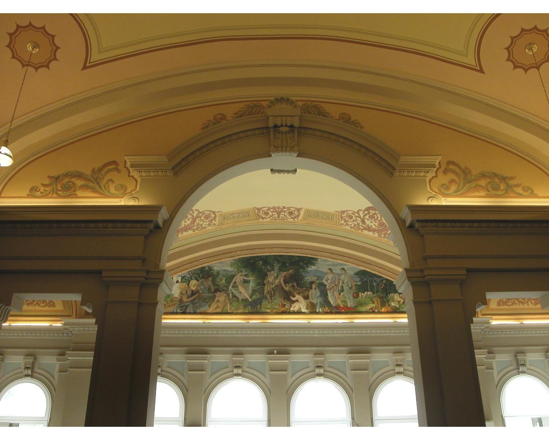 Vista parcial de les pintures murals de l'artista Joan Colom