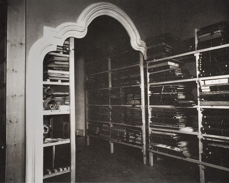 Dipòsit de llibres de gran format a la Casa Solà-Morales a Olot