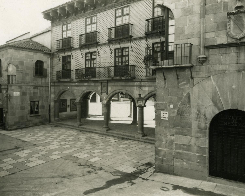 Façana dels edificis de la Junta de Museus, al Poble Espanyol, nova ubicació de la Biblioteca