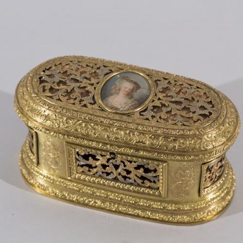 Anònim - Arqueta daurada amb medalló d'esmalt amb retrat femení - Segle XVIII