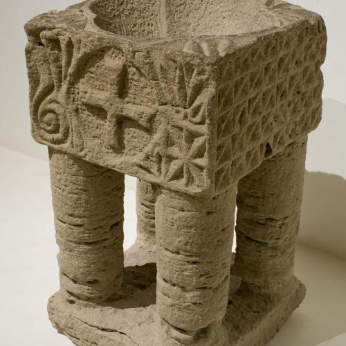 Anònim - Suport d'altar (reutilitzat com a pica beneitera) - Primera meitat del segle XIII [1]