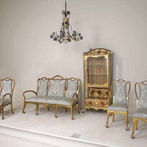 Joan Busquets - Mobiliari de saló amb vitrina, sofà, butaca, cadires i llum - 1907