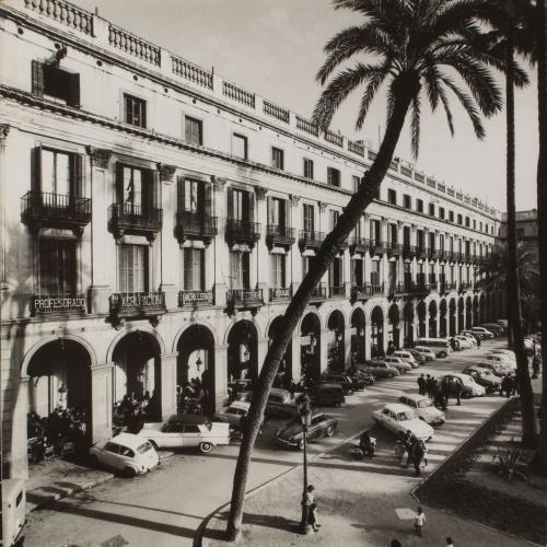Oriol Maspons - Sense títol (La Plaça Reial, Barcelona. Fotografia per al llibre «Això també és Barcelona», de Josep Mª Espinàs) - Cap a 1965