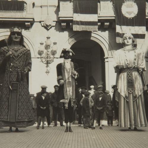 Pere Català Pic - Els gegants, els gegants... La moixiganga. Belles representacions plàstiques de la Passió - 1931
