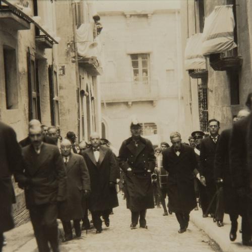 Pere Català Pic - Els bisbes de Solsona i de La Seu d'Urgell, el ministre de Treball i demés autoritats, dirigint-se a l'Ofici Solemne - 1931
